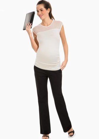 8a75ace11803 Если вы любите классический стиль, беременность не может стать препятствием  носить классические брюки. Строгие брюки со стрелками или просто прямого  кроя ...
