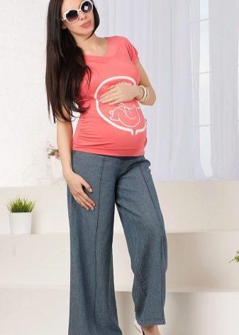 0be8bf89888d Широкие брюки пользуются популярностью у беременных женщин. Их можно носить  на любом этапе ожидания малыша, даже когда ноги сильно отекают.