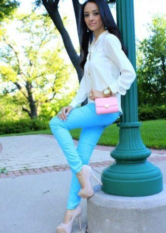 Девушка в белых штанах и топике брюнетка #3