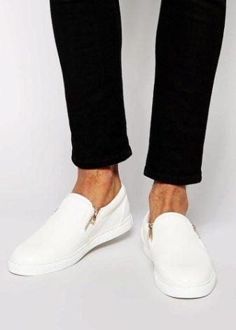Их слипоны комфортабельны и практичны. Самая популярная мужская модель от  Lacoste – это белые текстильные кеды с коричневой кожаной окантовкой. 86da19f575ae8