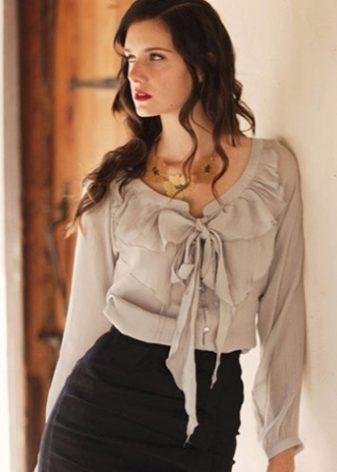c24b4050568 Шифоновая блузка в виде удлиненной туники с тонкими бретелями можно  прикупить в летний период. Такую модель можно надевать и с джинсами  строгого кроя