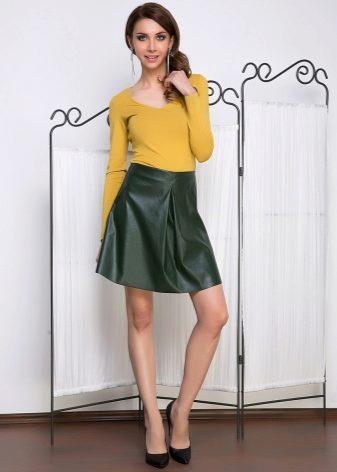 2b062ed8184 Зелёные тона наиболее присущи летним вариантам ансамблей. Такая юбка  довольно неплохо будет смотреться с верхами желтого и белого цвета