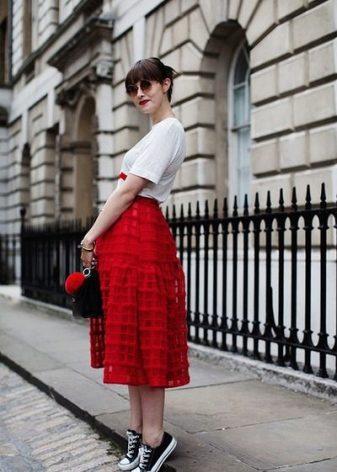 Бордовая юбка с кедами