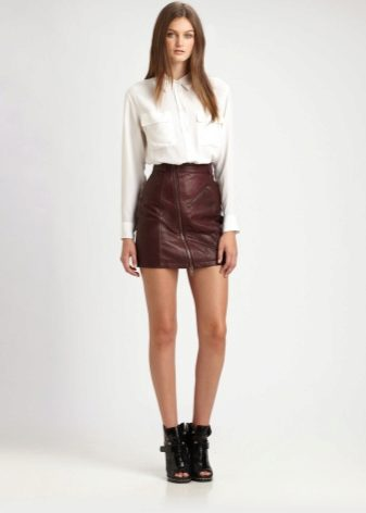 Смотреть девушки в узких кожаных мини юбках