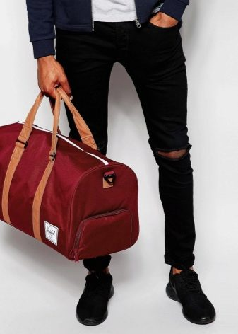 047cb717117e Отправляясь на тренировку, могут понадобиться различные вещи. Поэтому сумка  может быть забита вещами до отказа. Носить на плече не всегда удобно.