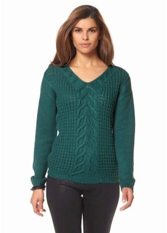 2b73a3887e17 Díky němu mohou dívky a ženy snadno zdůraznit hrudník a klíční kost. Pokud  si vyberete černý svetr s V-krkem v jasné barvě a kombinujete ji s pevnou  sukni ...