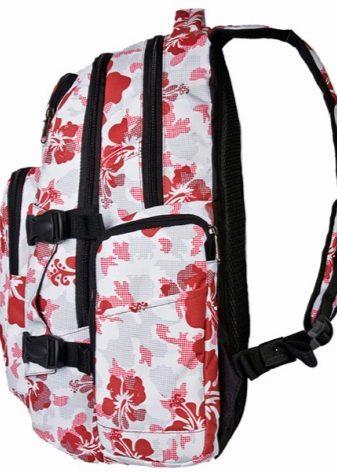 f5ae80f295e3 Его выделяют среди других широкие лямки и вместительные накладные карманы.  Также в таких рюкзаках имеется боковой карман из сетчатой ткани, в котором  удобно ...