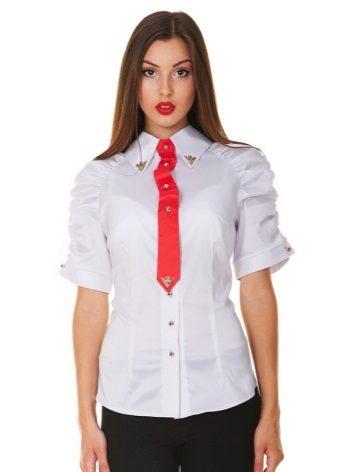 dc3b0ece42e Рубашка подойдет приталенная или без рукавов. Если добавить в образ алых  вещей