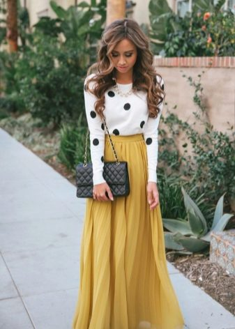 Однотонные юбки вне конкуренции. Темные цвета  синий, коричневый, серый  придадут строгости нарядам. Черные юбки сочетаются с любыми цветами и  узорами. b9d89934146