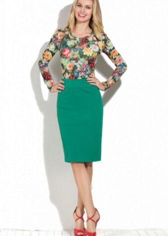 3d23f7b22f3 Упитанным женщинам больше подойдет юбка темно-зеленого цвета. Лучше всего  чтобы она была без принта. Но в случае выбора юбки с принтом