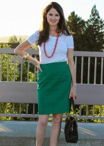 319324afcf9 На вас юбка карандаш зеленого цвета будет выглядеть сногсшибательно. Она  подчеркнет вашу магию зеленых глаз. Недаром говорили