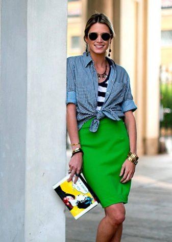e5e51891ee3 Бирюзовая юбка карандаш длины миди с черной блузкой – это необычное  сочетание цветов. Туфли на высоких каблуках дополнят образ.