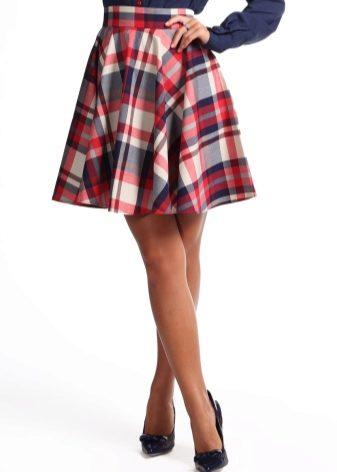 0c29a025c60 Надевать юбку-солнце с клетчатым принтом можно в любом возрасте. Но чем  старше женщина