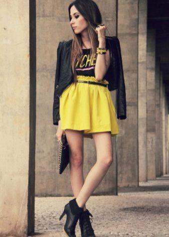 Желтая юбка что подобрать к ней