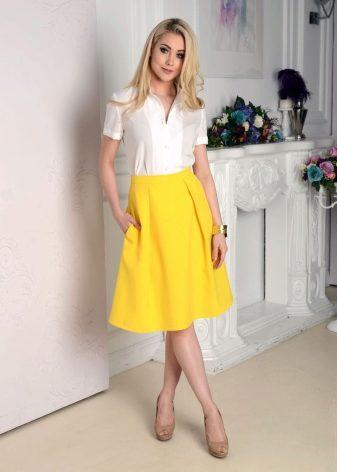Белая юбка и желтая блузка