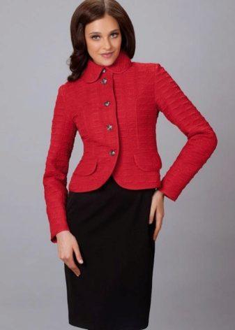 Модели стеганых курток больше напоминают элегантные кейпы, плащи и даже  пиджаки. Их принято сочетать с джинсами, брюками old style,  юбками-карандашами или ... fe449940c7d