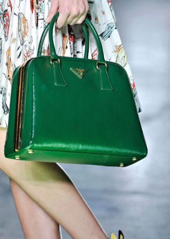 f6ccbab8e5be Зеленую сумку Prada выполняют из высококачественной замшевой ткани. Задняя  часть сделана из гладкой кожи такого же цвета. Сумка подойдет под любой ваш  ...