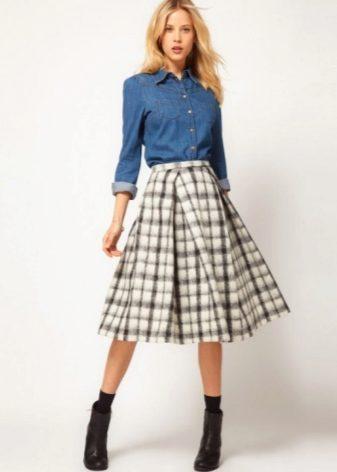Яркие юбки по колено