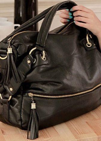 45bb9495f الشيء الوحيد الذي يلفت انتباهك هو أن النسخ الحديثة من الحقائب نادرا ما تكون  متوسطة ، إما صغيرة جدا أو كبيرة جدا.