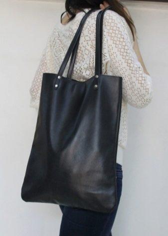462e00cd2d63 Это позволяет носить сумку и на плече, и в руке в зависимости от настроения  и ситуации. Некоторые модели-тоут снабжены короткими ручками и съемным  длинным ...