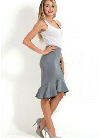 14ece005256 ... если к прямой блузке добавить прямую юбочку с воланом. Составить яркий  ансамбль для встречи с друзьями поможет юбка с принтом или модель ярких  оттенков.