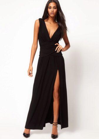 614ad1a3ed9 Драпировка на юбках черного цвета – одна из стильных особенностей вечерних  платьев последних сезонов. Ткани при этом используются тонкие и хорошо ...
