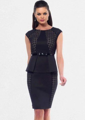 ed811b271aa Классическое платье-футляр характерно круглым вырезом горловины