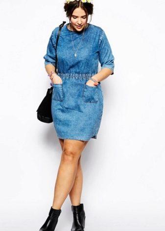 afd6274c996 В этом сезоне модные дизайнеры решили разнообразить привычные модели джинсовых  платьев для полных. Длинные платья-рубашки в коллекциях от Levi s  отличаются ...