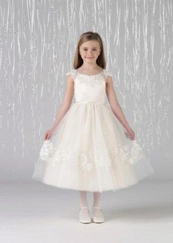 a2c942039aa Существует масса вариантов фасонов длинных выпускных платьев. Выбор только  за вашей дочерью. Маленьким девочкам не стоит надевать платья длиннее