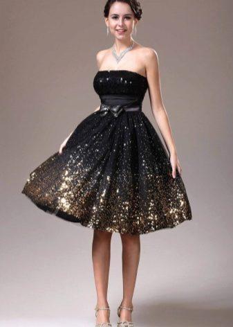 f53b7a7434bb8a9 Черное платье с золотистыми узорами или россыпью золотых блесток на подоле  – вариант для смелых модниц. Такая комбинация смотрится очень ярко и  привлекает ...