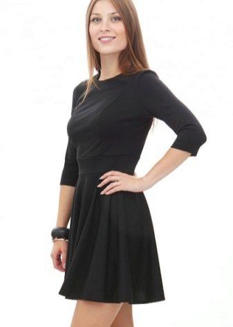 a75218eb08a Модель черного цвета занимает среди коктейльных платьев особое место.  Всемирно известная Коко Шанель создала маленькое черное платье в 1926 году