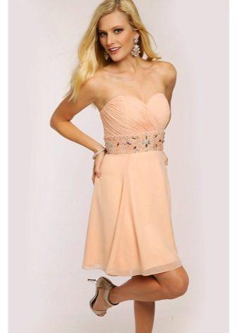 Коктейльное платье персикового цвета