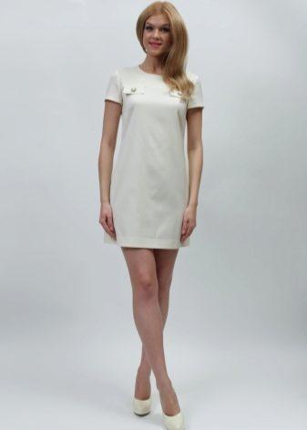 9061bb6872b Прямой силуэт позволяет надевать короткое белое платье по любому поводу и  комбинировать с одеждой различных стилей. Прямое свободное платье поможет  скрыть ...