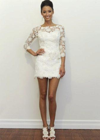 Красивое белое платье по колено