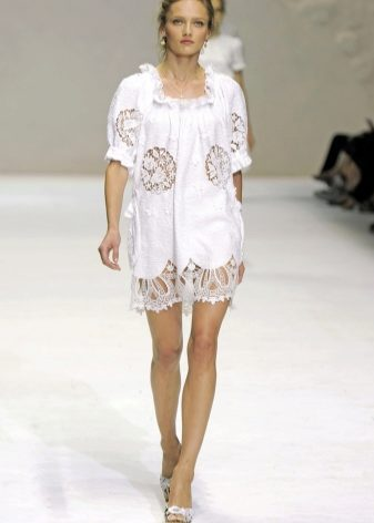 Кружевное белое платье и туфли