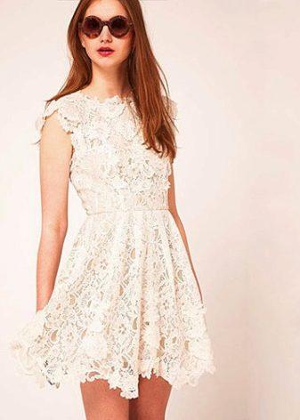 135d6543281 В выборе обуви для белого кружевного платья нет цветовых ограничений. Лучше  всего подойдут туфли на высоком каблуке или шпильке. Для деловых приемов  можно ...