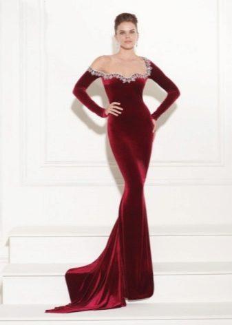 ee0c3ca55214fac Полным дамам стоит аккуратно выбирать фасон бархатных или велюровых  платьев, чтобы не сделать акцент на недостатках фигуры.