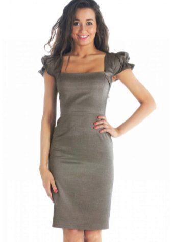 f161b5e8c6d0b35 К универсальному фасону относится классическое коктейльное платье. Оно не  имеет рукавов, имеет длину по колено и прилегающий силуэт.