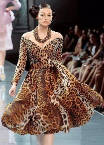 d3599ba01fab574 Цветочный рисунок хоть и считается неуместным для коктейльного платья, не  смог остановить модных экспертов при создании белого платья с черными  розами в ...