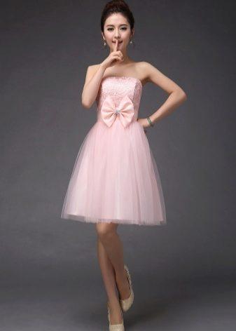 687d1c343223da8 В прочем дизайнеры всегда находят свежие решения в выборе материалов для  коктейльного платья.
