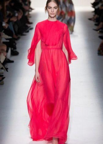 2c76cd1eb37 Дизайнеры этого бренда немного по-другому подошли к созданию моделей платьев  в пол. Их отличительной чертой являются глубокие продольные разрезы по всей  ...
