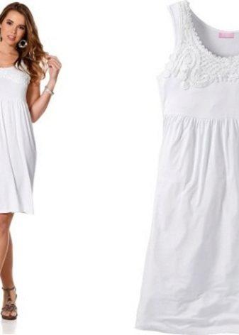 66880d26b88 Белоснежные платья простого кроя длиной до колена или чуть выше не полнят