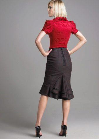 ef72dcd57acf Topy a halenky originálních stylů a dekorů jsou kombinovány s dlouhými  sukněmi