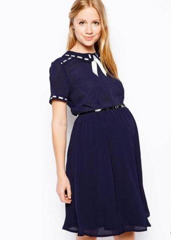 e6a6e7b9534 Сейчас производители одежды для беременных выпускают множество офисных  моделей платьев. При правильном подборе таких платьев можно и максимально  долго ...