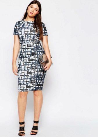 940cb42cfe6 Платье-футляр за несколько десятилетий своего существования часто  привлекает к себе внимание дизайнеров и не покидает женский гардероб в силу  своей ...