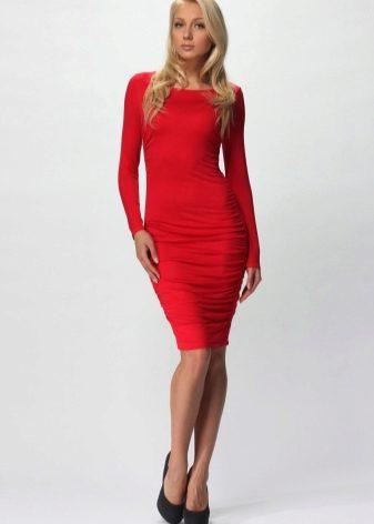 057bd997332 Красное платье-футляр можно сочетать с одеждой и аксессуарами синего