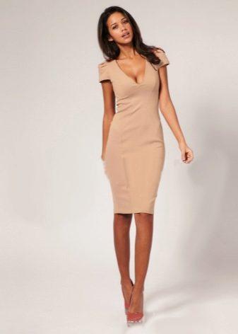 c8829c7cc40 Платье-футляр представляет собой узкое платье длины миди без рукавов и  воротника. Оно не имеет шва на линии талии и является коктейльным