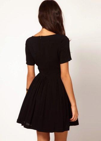 6914a54e348 Короткое черное платье вполне может заменить элегантное платье-футляр в  стиле Коко Шанель. Его можно носить и на официальные встречи
