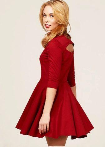 e56fddbee700 Особенно в коротком платье со светлым или темным поясом, который  подчеркивает талию. Также очень популярны красные платья с юбкой в пол.