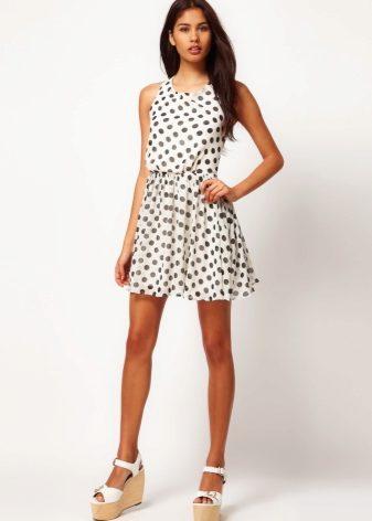 8a8210b8cc0 Белое платье в черный горошек – эффектный вариант для летнего гардероба. В  сочетании с белыми босоножками можно получить свежий лук для прогулки